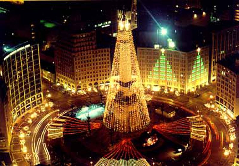 seeing monument circle at christmas when going to iso yuletide starts my holiday spirit indianapolis