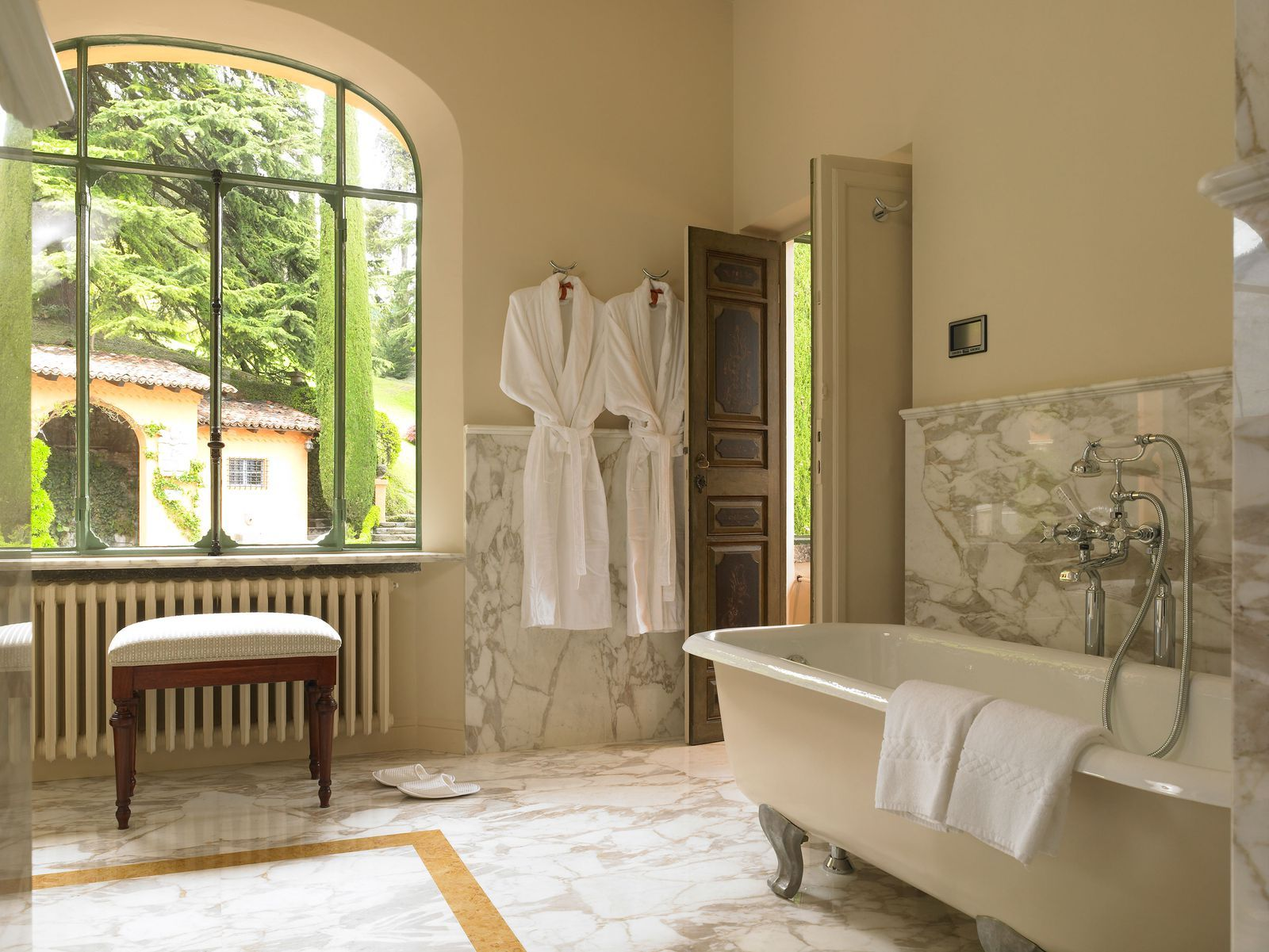 8 Hotel Bathrooms That Are Worth Traveling For