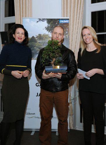 """Preisverleihung """"Gärten des Jahres"""" aus Schloss Dyck: Sieger Andreas Heidrich mit Verlegerin Marcella Prior-Callwey (li.)"""