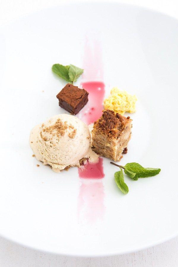 Spekulatius-Eis, Stollen-Crumble, Schokoladen-Praliné und Mousse von Crema Catalana