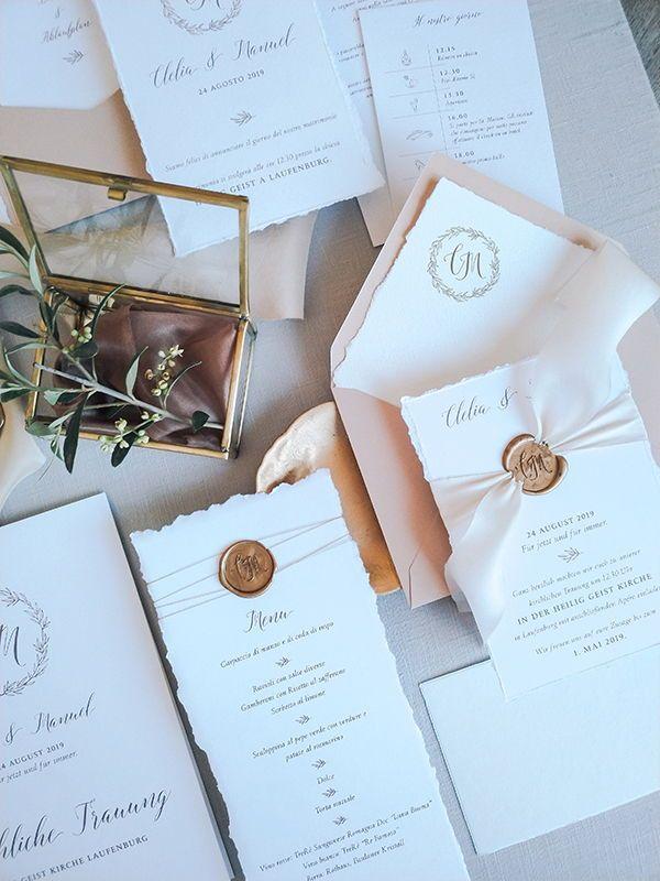 Eine von der Region Toskana inspirierte Hochzeitspapeterie. Einladungskarten aus Feinspapier, mit gerissenen Kanten. Toskana bedeutet für mich, warme erdige Farben, besondere Papiere wie hangeschöpftes Büttenpapier, aber auch Siegelstempel und natürlich das Symbol des Olivenzweigs. Die passende, toskana inspirierte Papeterie gibts bei Das Fräulein Hanse.  #tuscanwedding #olivebranch #fineartpaper #fineartweddings #tuscan #toskanischehochzeit #dreamdates