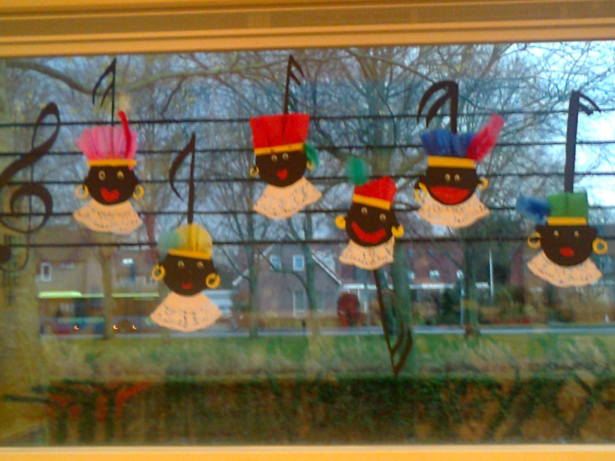 Muzieknootpietjes  Met verf strepen op het raam maken  Van een rond zwart vouwblaadje