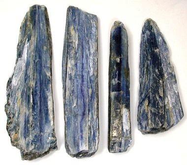 Kyanite . Ein Stein zu kanalisieren , veränderte Zustände , lebhafte Träume , Traumerinnerung , und Visualisierungen. Es bietet Schutz während dieser Zustände . Es bringt Loyalität, Ehrlichkeit und Ruhe , und vermindert Wut und Verwirrung. Kyanite behält keine negative Energie und braucht nie energetische Reinigung. Es richtet und gleicht alle Chakren , oft sehr plötzlich . Kyanite können Energieblockaden zu entfernen. Blau kyanite ist mit dem Hals-Chakra zugeordnet und ist ein Impuls für…