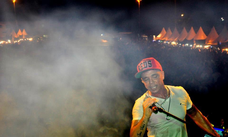 Netinho em seu show em Nova Viçosa/BA, em janeiro de 2012.