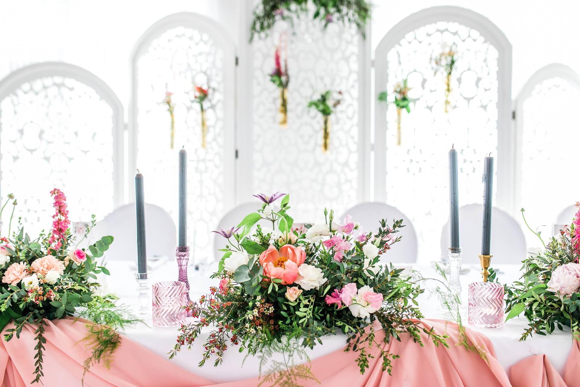 Basniowe Dekoracje Weselne Stol Panstwa Mlodych W Wyjatkowej Oprawie Wedding Table Table Table Decorations