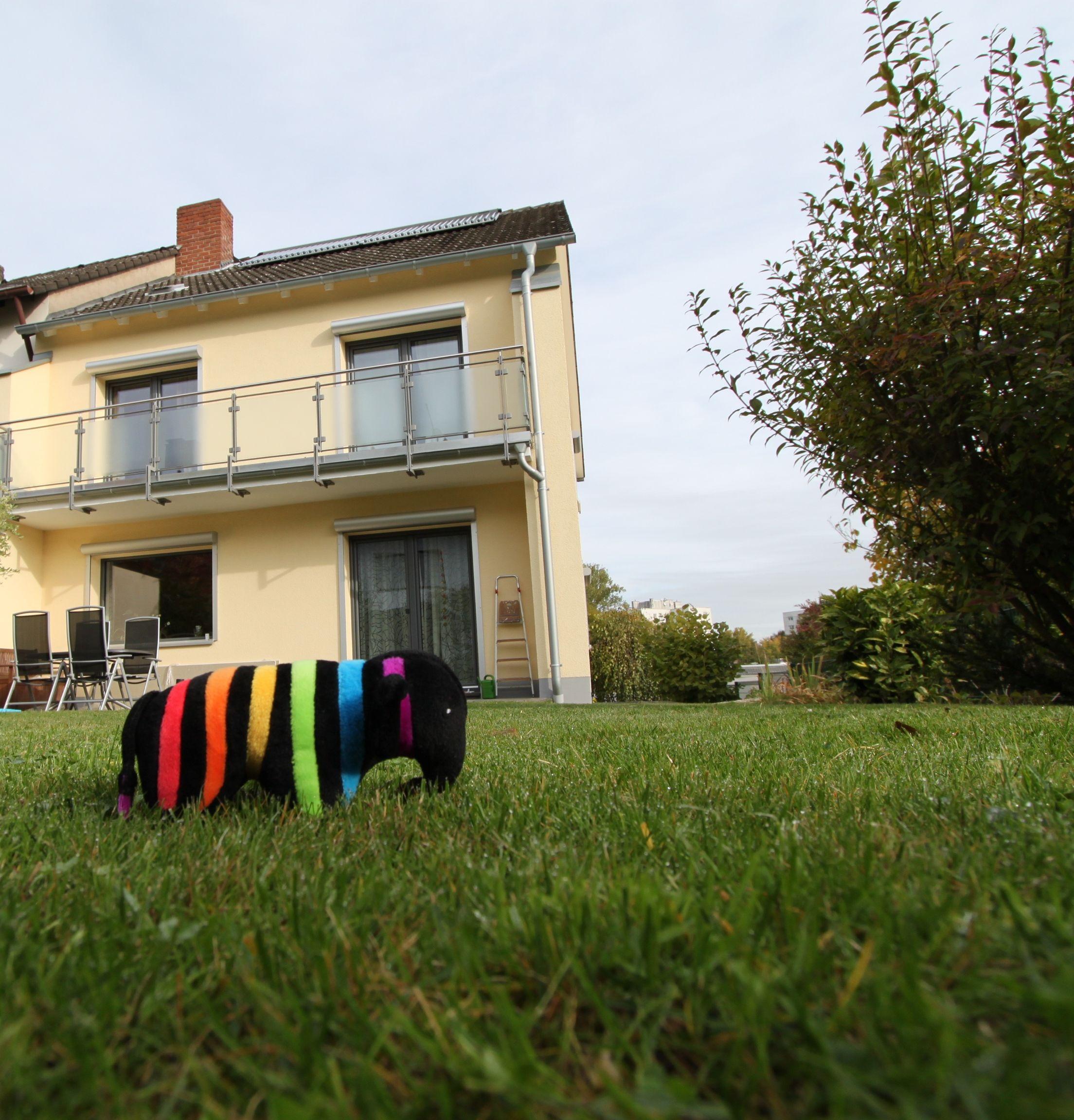Fassadenfarbe einfamilienhaus  Einfamilienhaus in einem tollen Gelbton gestrichen. #Fassadenfarbe ...