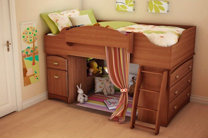 Wunderbar Zimmer Mit Beigen Wänden, Laminatboden Und Spielbett Für Das Kind, Grüne  Dekoration