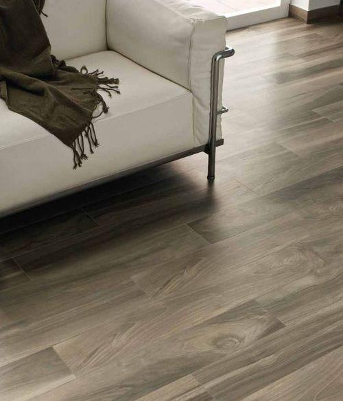 piso de porcelanato que imita madeira, decoração sala, sofá branco  PISOS   -> Decoracao De Banheiro Com Piso Que Imita Madeira