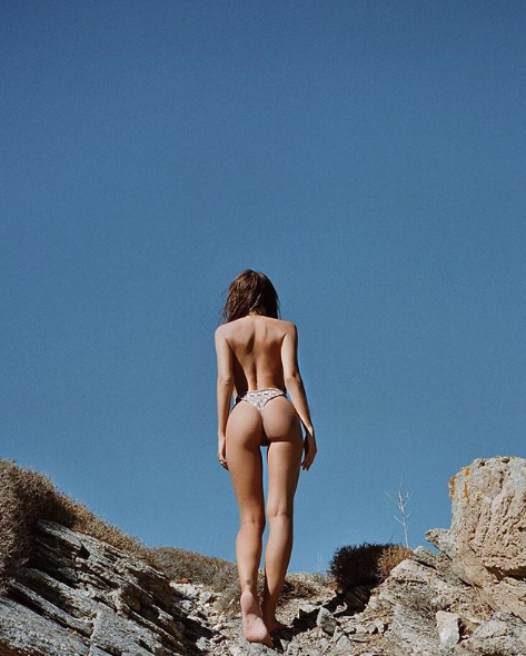 64853c3fce <p>The model has sent fans into a spin over a peachy bum shot in the past,  with this belfie giving us goals last week. Instagram/EmRata </p>