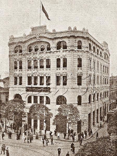 Aspecto externo do prédio que abrigava o Rio-Palace Hotel, pertencente à antiga Companhia de Grandes Hotéis Centrais. Estava localizado no Largo de São Francisco. Rio de janeiro, 1917.