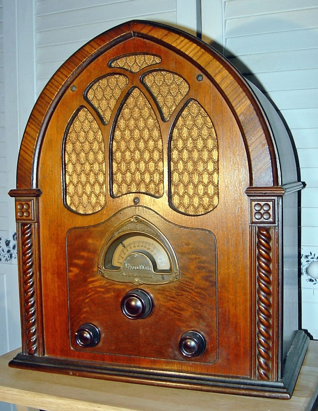 I chose this because radios were becoming popular in the - Apliques de pared clasicos ...