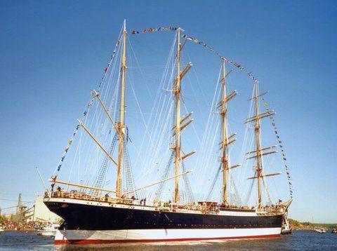 16.05.1999: Die PASSAT verlässt die Flender-Werft Richtung Travemünde - See this image on Photobucket.
