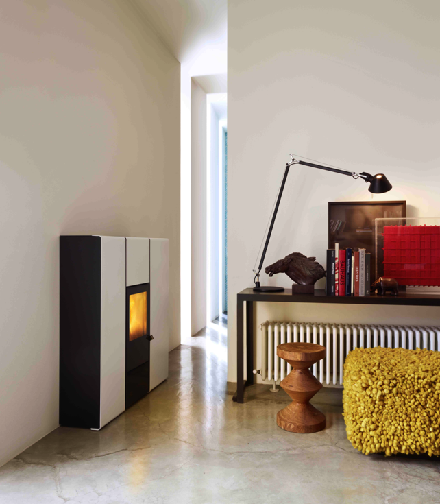 FLUX la stufa a pellet di MCZ ad acqua:  calore in tutta la casa e meno di 28 cm di profondità! FLUX di MCZ (novità 2013) è la stufa a pellet dalla profondità ridotta (28 cm) in versione Hydro, collegata all'impianto idraulico per riscaldare l'acqua dei termosifoni, perfetta per i corridoi e gli spazi ristretti della casa. Dati tecnici di FLUX:ha una potenza di 15,9 KW – 13674 Lcal/h, un rendimento del 95,5% ed è disponibile in Black, White e Bordeaux.
