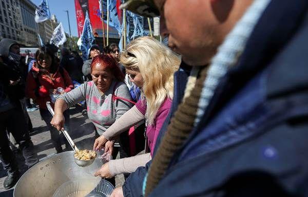 """Cien """"ollas populares"""" protestan contra pobreza y desempleo en Buenos Aires"""