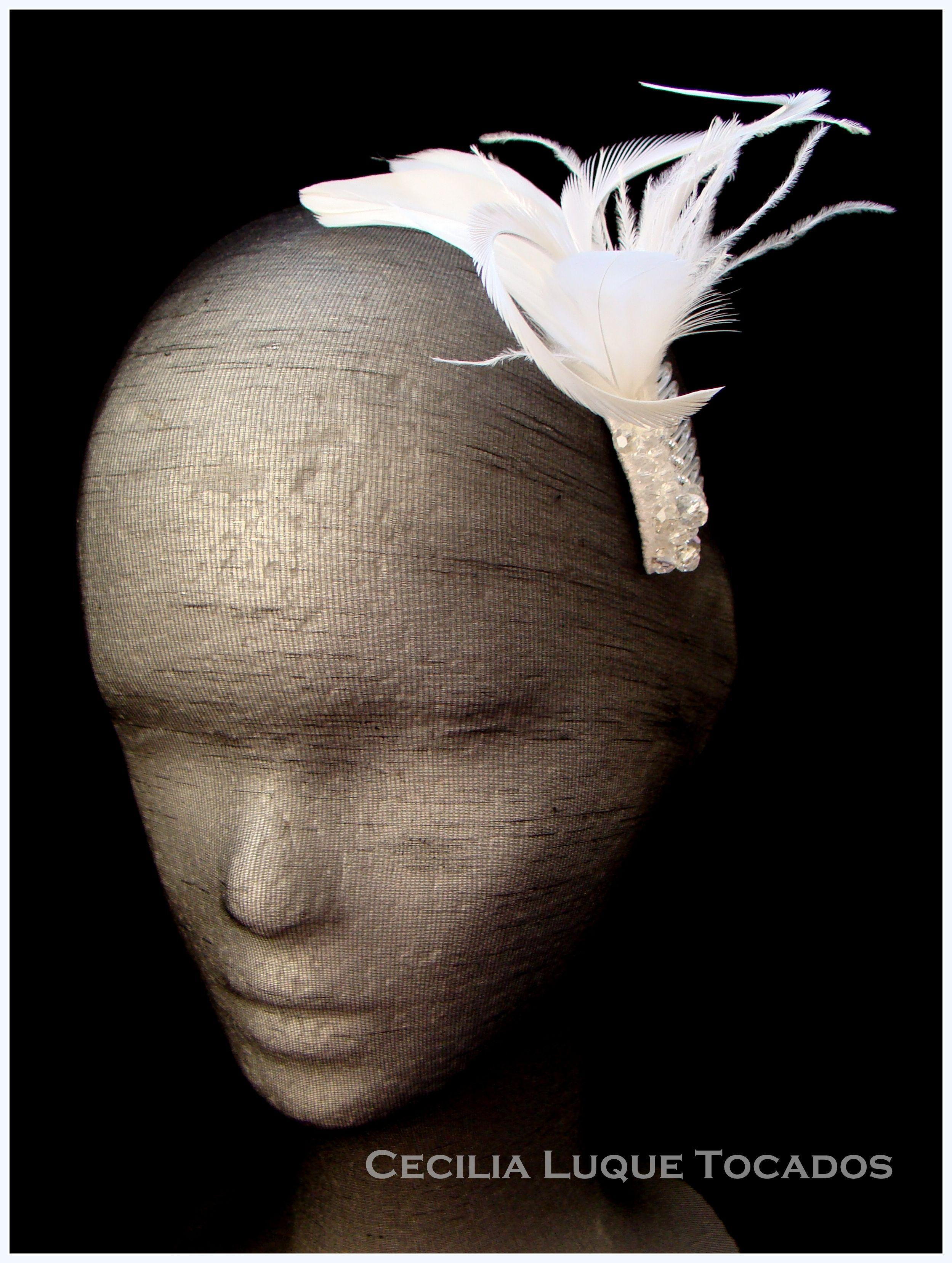 Tocado sobre peineta de plumas y cristales