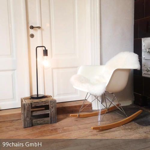 Weißer Schaukelstuhl in Kaminecke Schaukelstühle, Stühle und Retro - wohnzimmer gemutlich machen