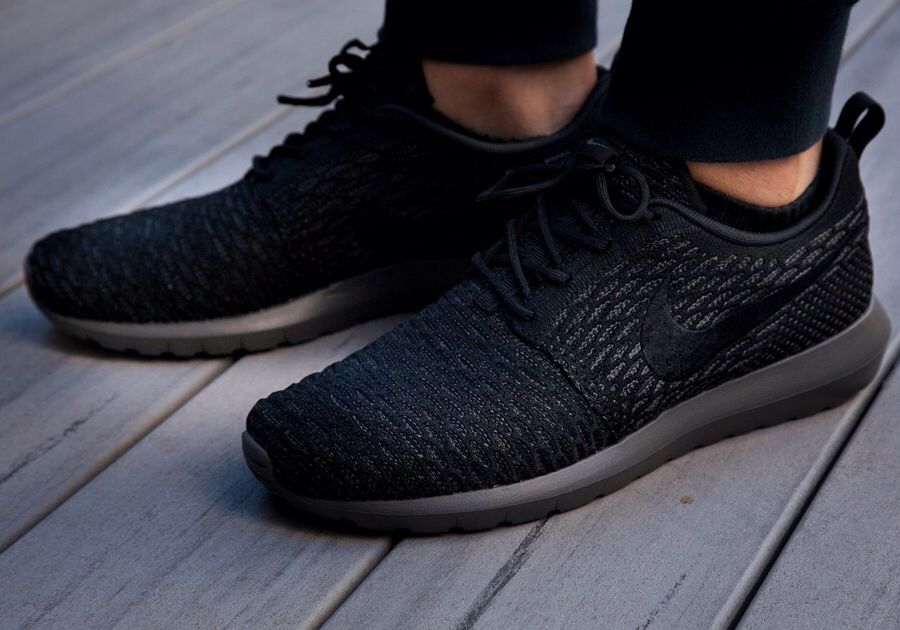 Roshe run fly knit black on black