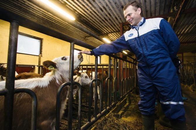 Petteri Orpo maatilavierailulla vuonna 2014 toimiessaan maatalousministerinä.