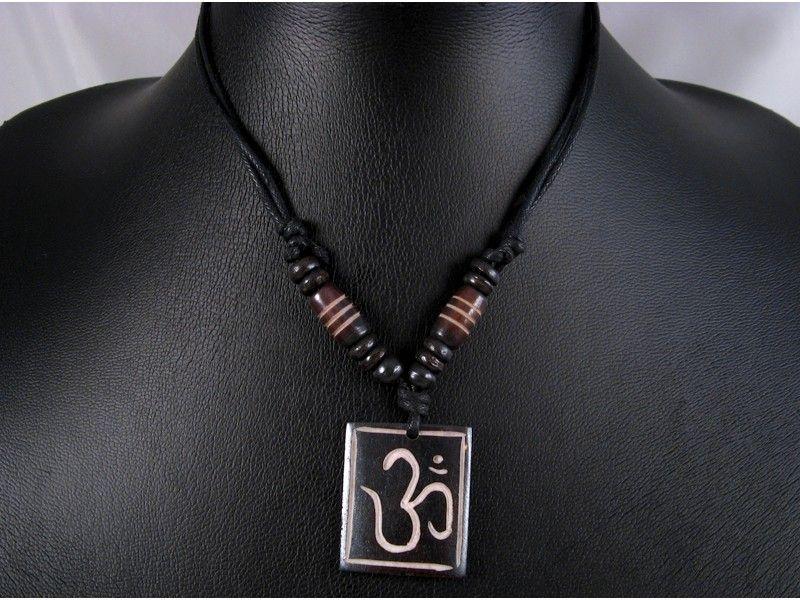 Beau collier composé d'un galon noir et d'un pendentif en os de buffle, avec le symbole Om. ------------------------------------------------- Necklace made from buffalo bone with the symbol Om.