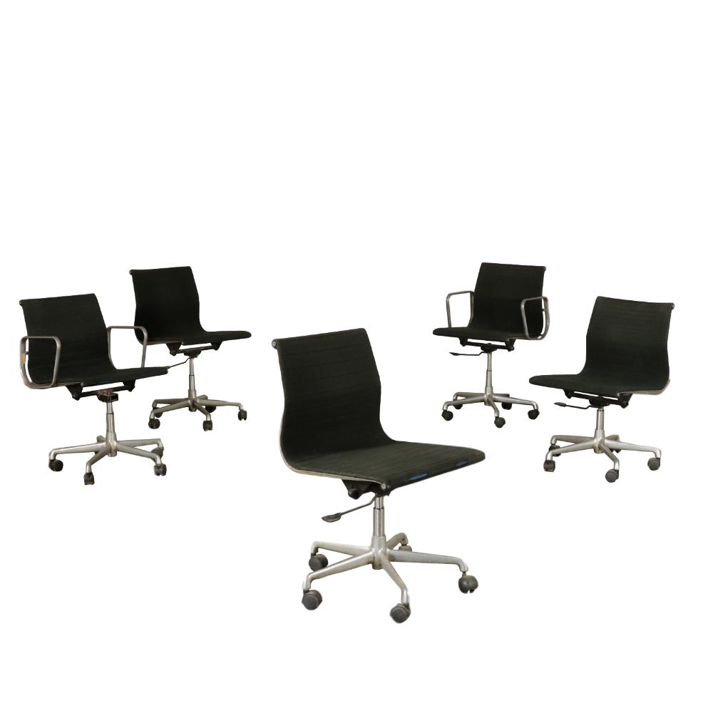 Gruppo di cinque sedie girevoli con e senza braccioli ...
