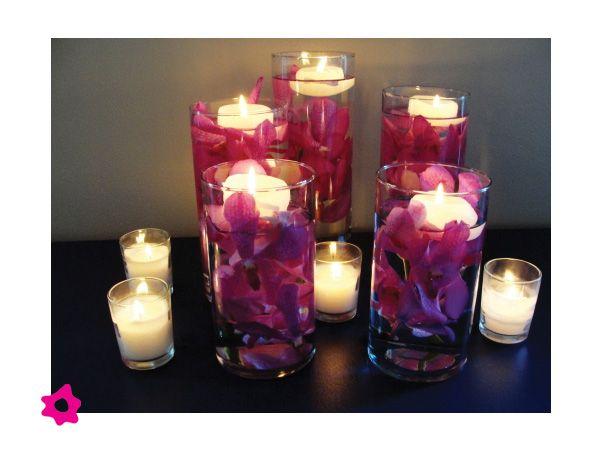 centro de mesa para boda con agua con velas flotantes y flores
