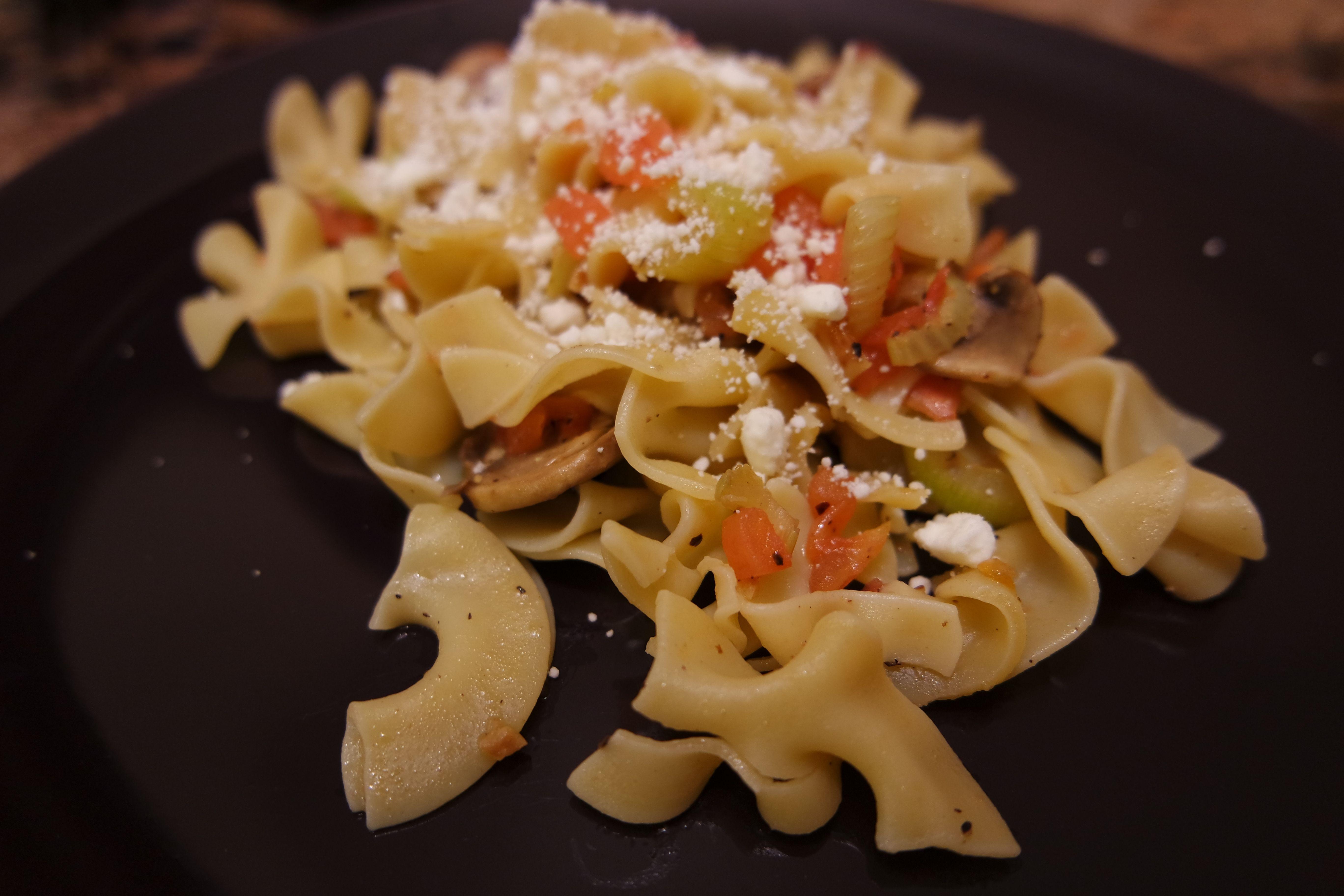 Le tagliatelle con pepe e sedano funghi e pomodori