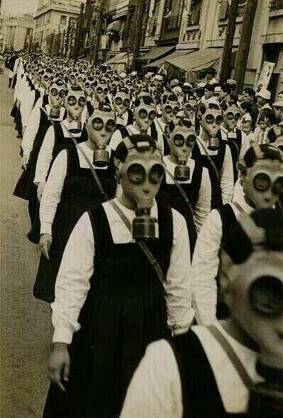Niñas rumbo a la escuela con mascaras de gas en la segunda guerra mundial.