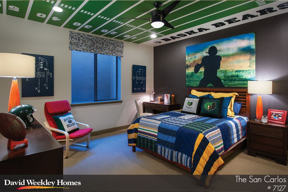 i like the football field on the ceiling of this teens bedroom
