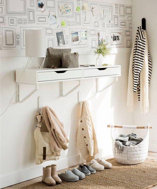 recibidor low cost con papel pintado mueble de ikea colgadores cesto de mimbre - Papel Pintado Recibidor