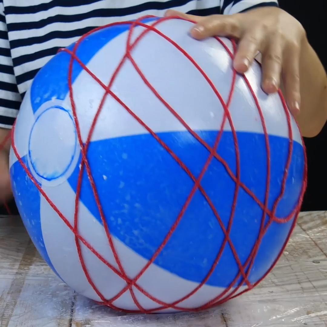 Quer uma decoração original para a sua casa? Faça uma linda luminária com uma bola inflável e fios. #bolainflavel #dyi #estilooriental #fiosdelã #luminaria #projetodedecoração #projetodeiluminaçao #soquetedelampada