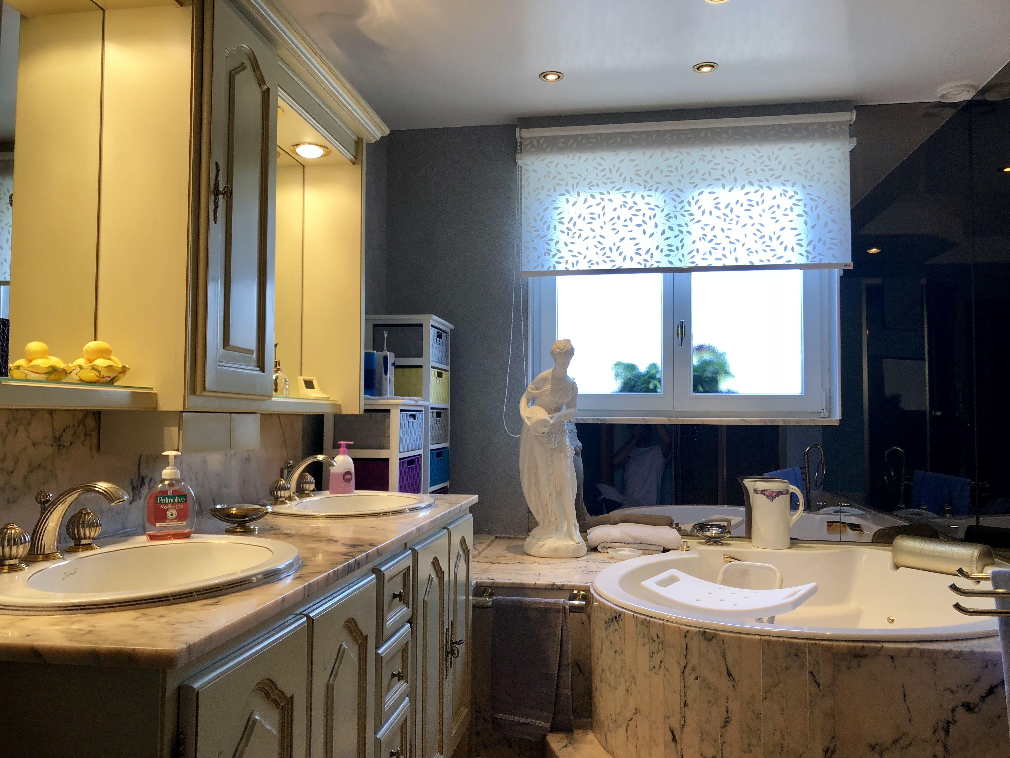 Peinture Blanc Brillant Mur Et Plafond dans cette salle de bains, le plafond est laqué en blanc