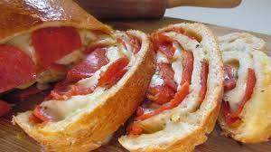 Oh mensen, even een momentje hoor! Dit is echt zó ontzettend lekker! Pepperoni brood, echt goddelijk! Met hoofdletter G!