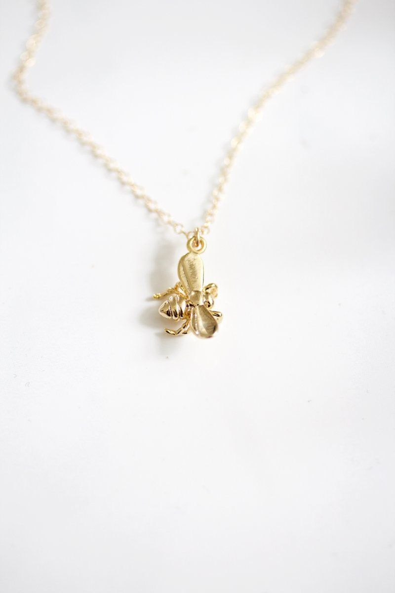 This Small Intricate Gold Bee Pendant Adorns A Perfectly Dainty 14k Gold Filled Chain You Ll Be The B Bee Necklace Pearl Bar Necklace Minimalist Necklace Gold