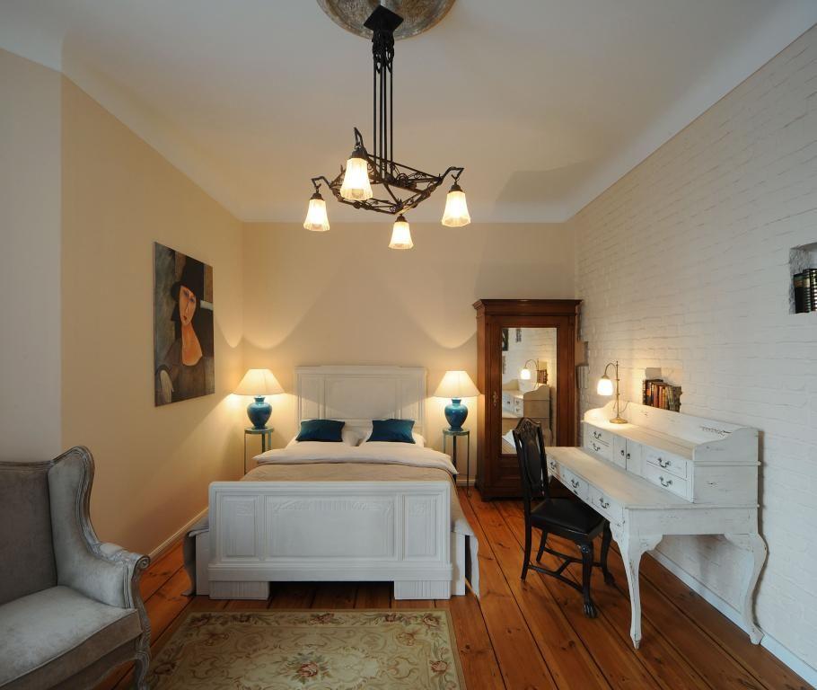 Gemütliches Schlafzimmer In Berliner Altbauwohnung Mit Hohen Decken, Großem  Bett Und Weißem Sekretär #Berlin