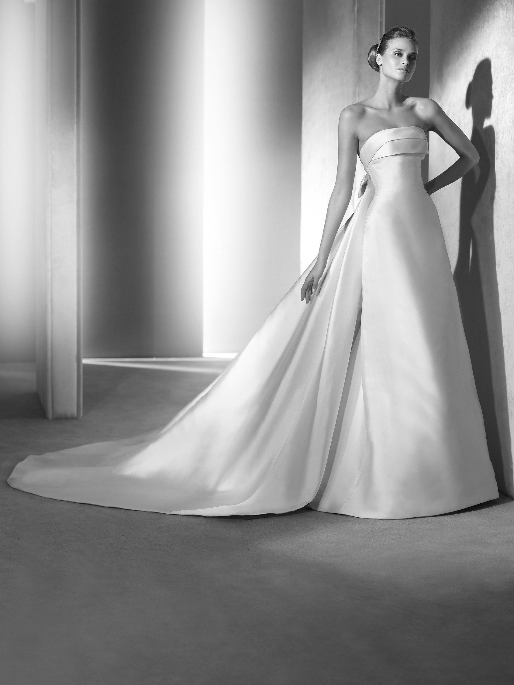 Onil: Um vestido de noiva com muita classe de corte clássico e saia ...