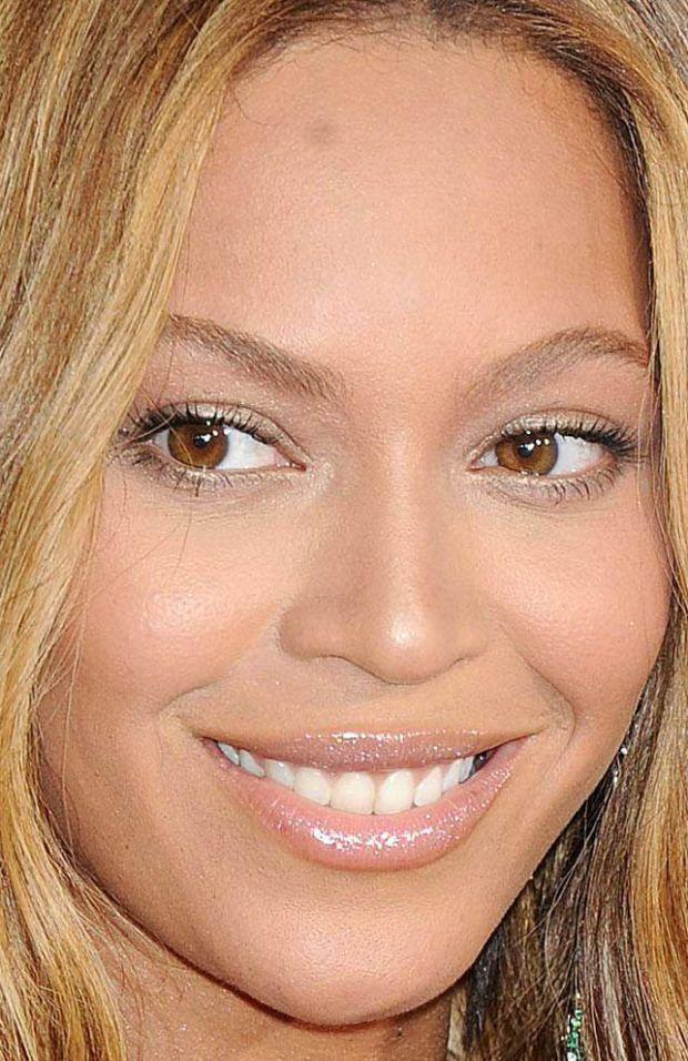 Close-up of Beyoncé at the 2015 Grammy Awards. http://beautyeditor.ca/2015/02/10/grammys-2015
