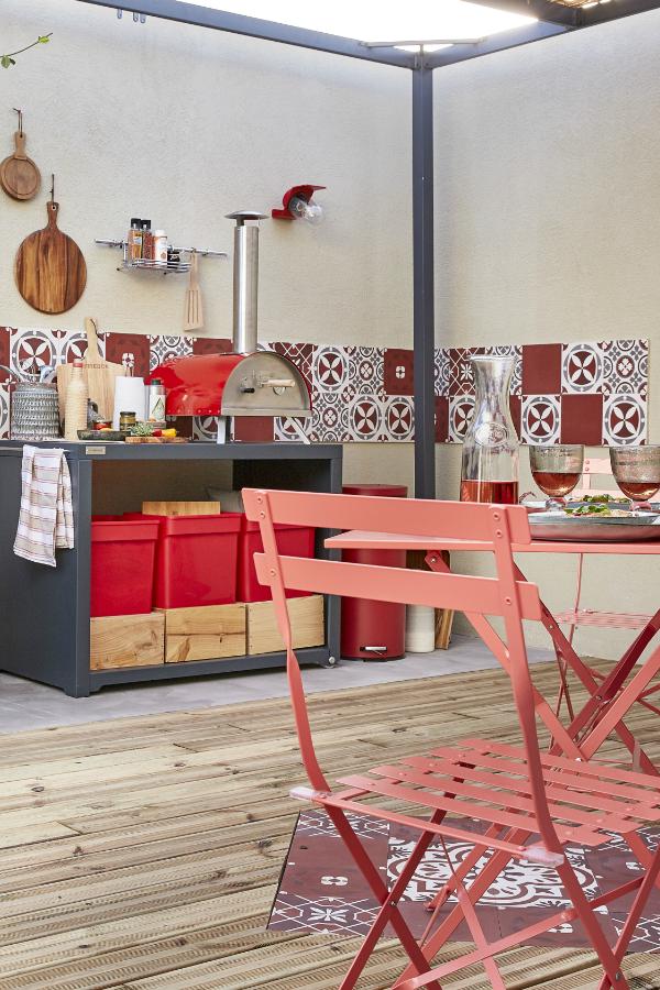 Un salon de jardin, une table pour manger sur la terrasse, des ...
