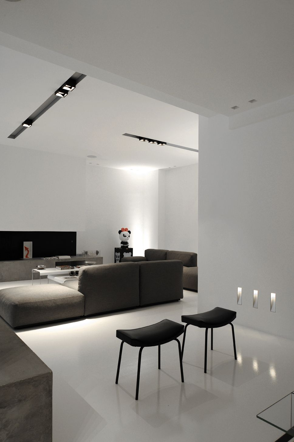Eclairage Spot Salon All White Interior With Dark Furniture And Kreon Lighting