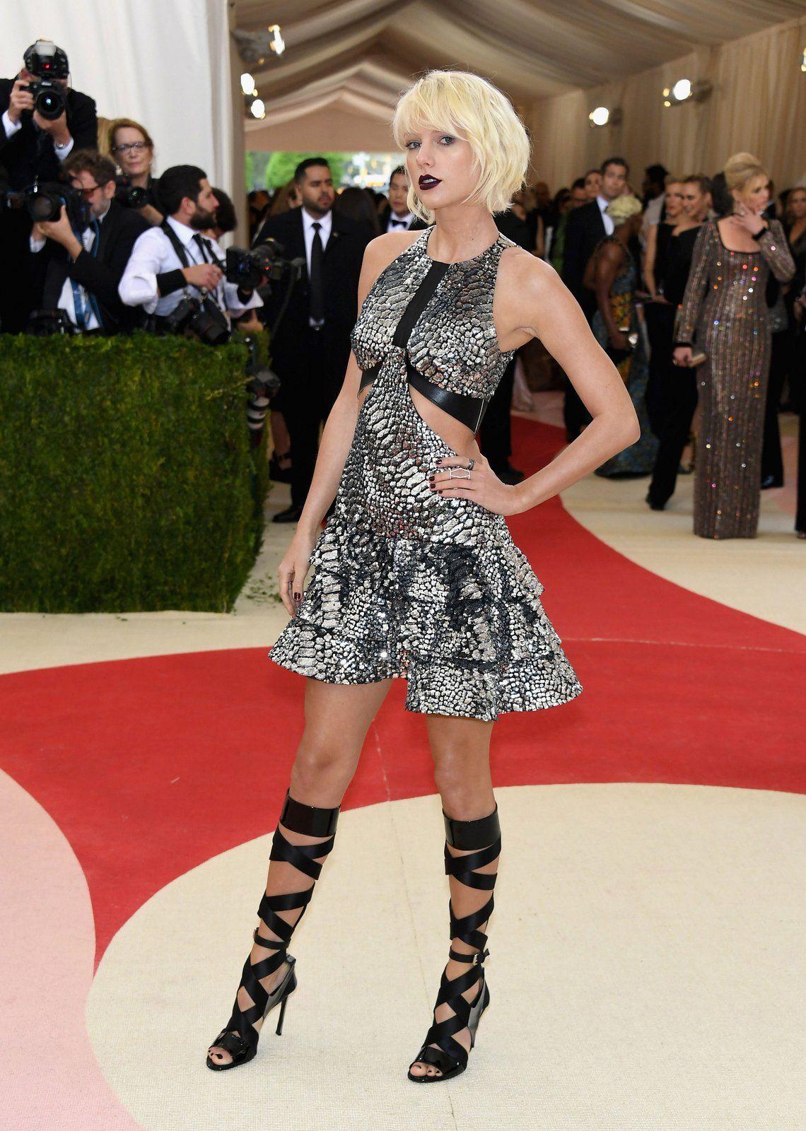 *** #FashionNEWS ***  Il #METGala, la festa dell'anno, ovvero uno dei #RedCarpet più importanti del settore della moda, è finalmente arrivato! L'appuntamento annuale del Metropolitan Museum di New York con il suo Art's Costume Institute Gala, ha appena avuto luogo, vogliamo mostrarvi alcuni degli arrivi sul tappeto rosso...! Il tema di quest'anno: Manus ex Machina: la moda nell'era della #tecnologia.  Il #futuro della #moda è qui.  TAYLOR SWIFT