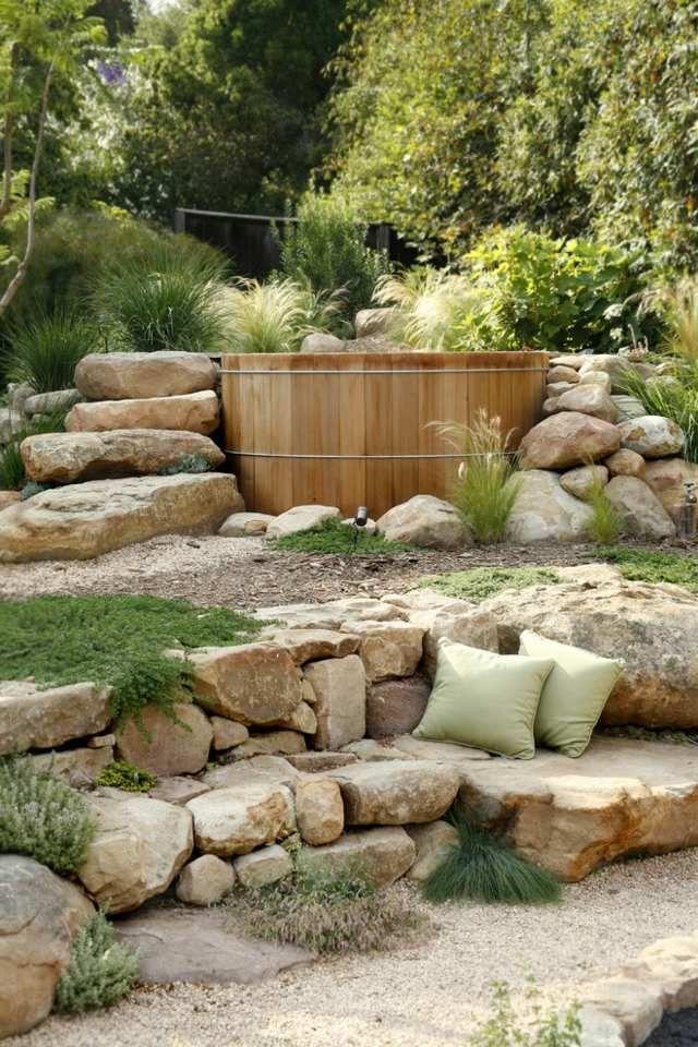 Whirlpool im Garten Stein Treppe Badefass Sommer sommergarten