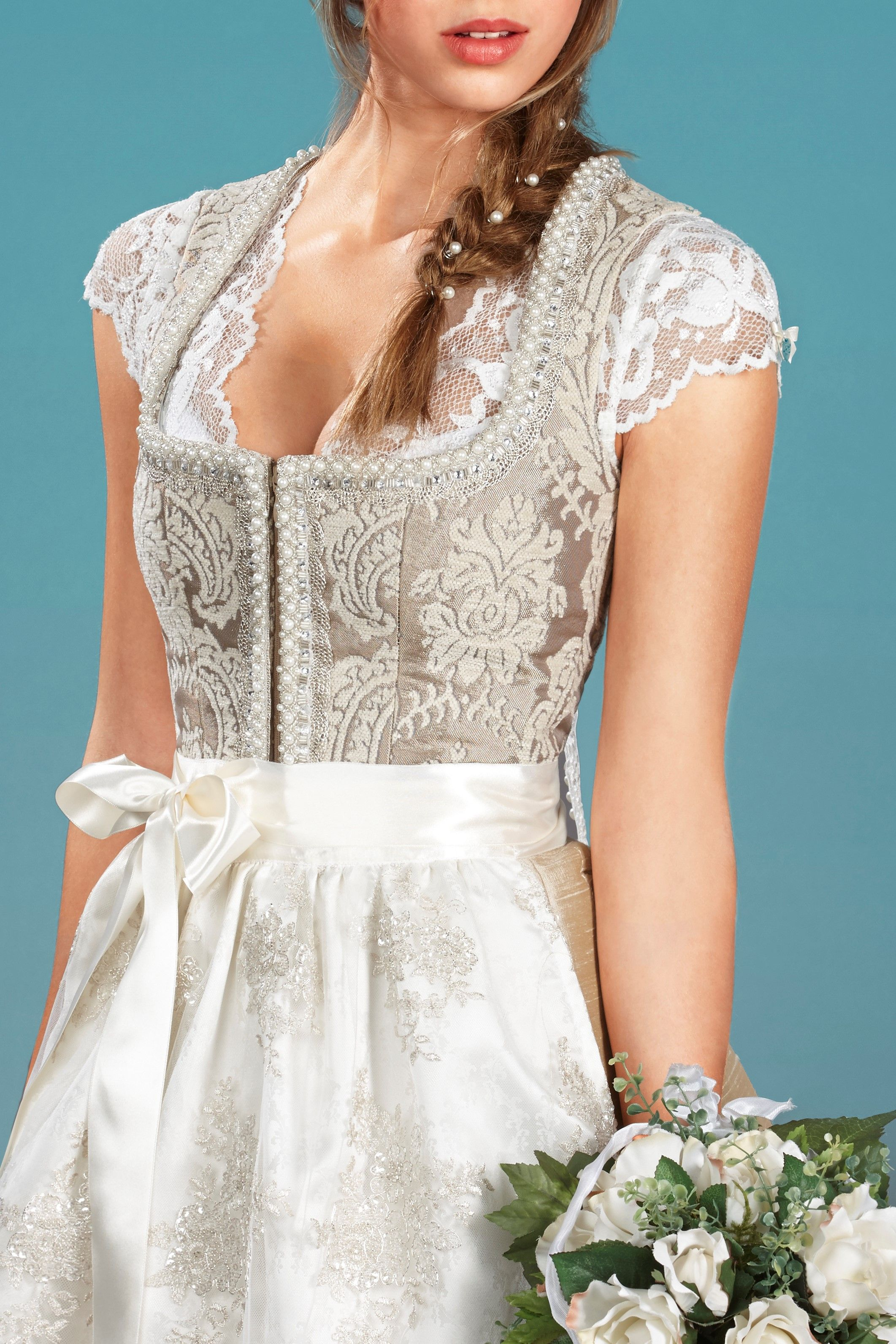 77afaaef9fe806 AlpenHerz Dirndl Vivian ist ein bezauberndes Hochzeitsdirndl. Das feine  Muster des Mieders und die Schürze aus Seide und Spitze machen den edlen  Look des ...