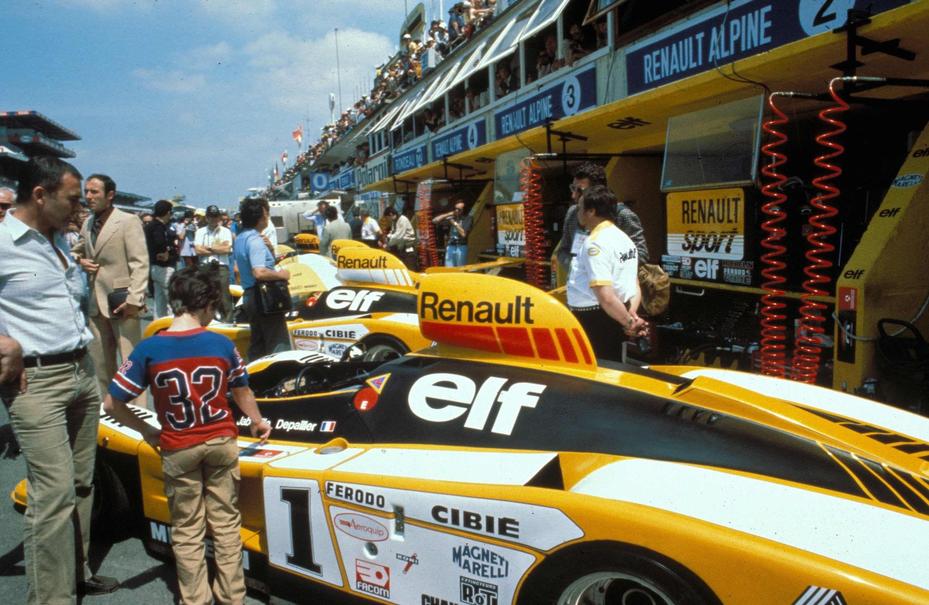 alpine at the 24 heures du mans 1978 alpine renault a 443 in pit garage renault sport. Black Bedroom Furniture Sets. Home Design Ideas