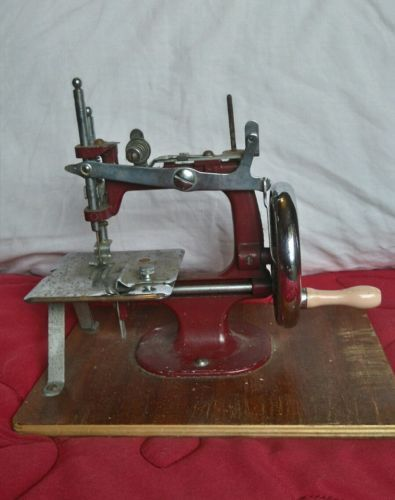Vintage barn find miniature sewing machine https://t.co/ikAQpWo36d https://t.co/hJGhb7Q5O9