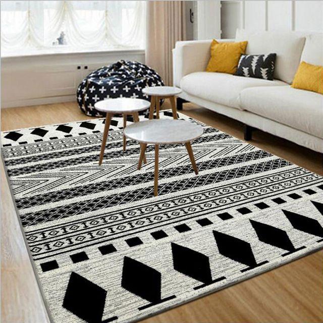 Un tapis noir et blanc ethnique donne le ton dans ce salon avec