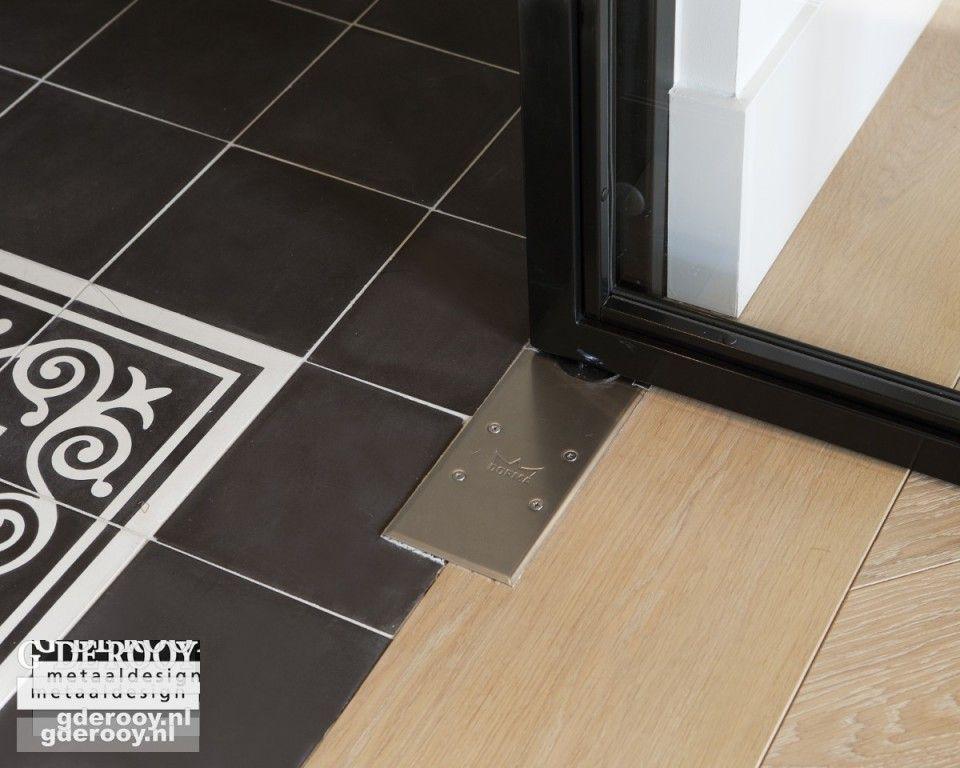 Portugese Tegels Keukenvloer : Strakke overgang tussen portugese tegels en houten vloer door