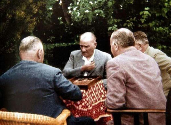 Mustafa Kemal Atatürk tavla oynarken… #historyoftheworld