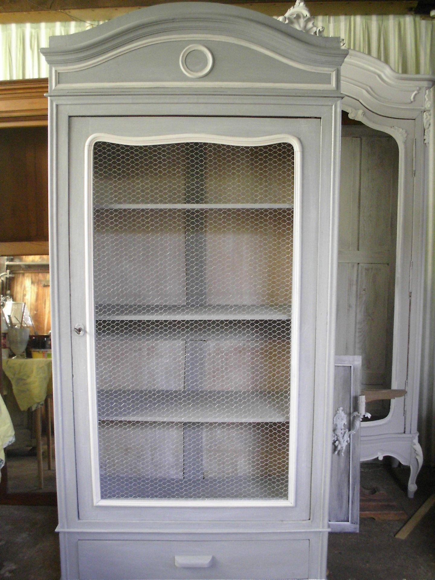 vieille armoire retap e patin e en gris et grillag e. Black Bedroom Furniture Sets. Home Design Ideas