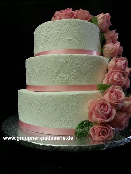 Hochzeitstorte Dreistockig In Weiss Mit Vielen Freinen Verziehrungen