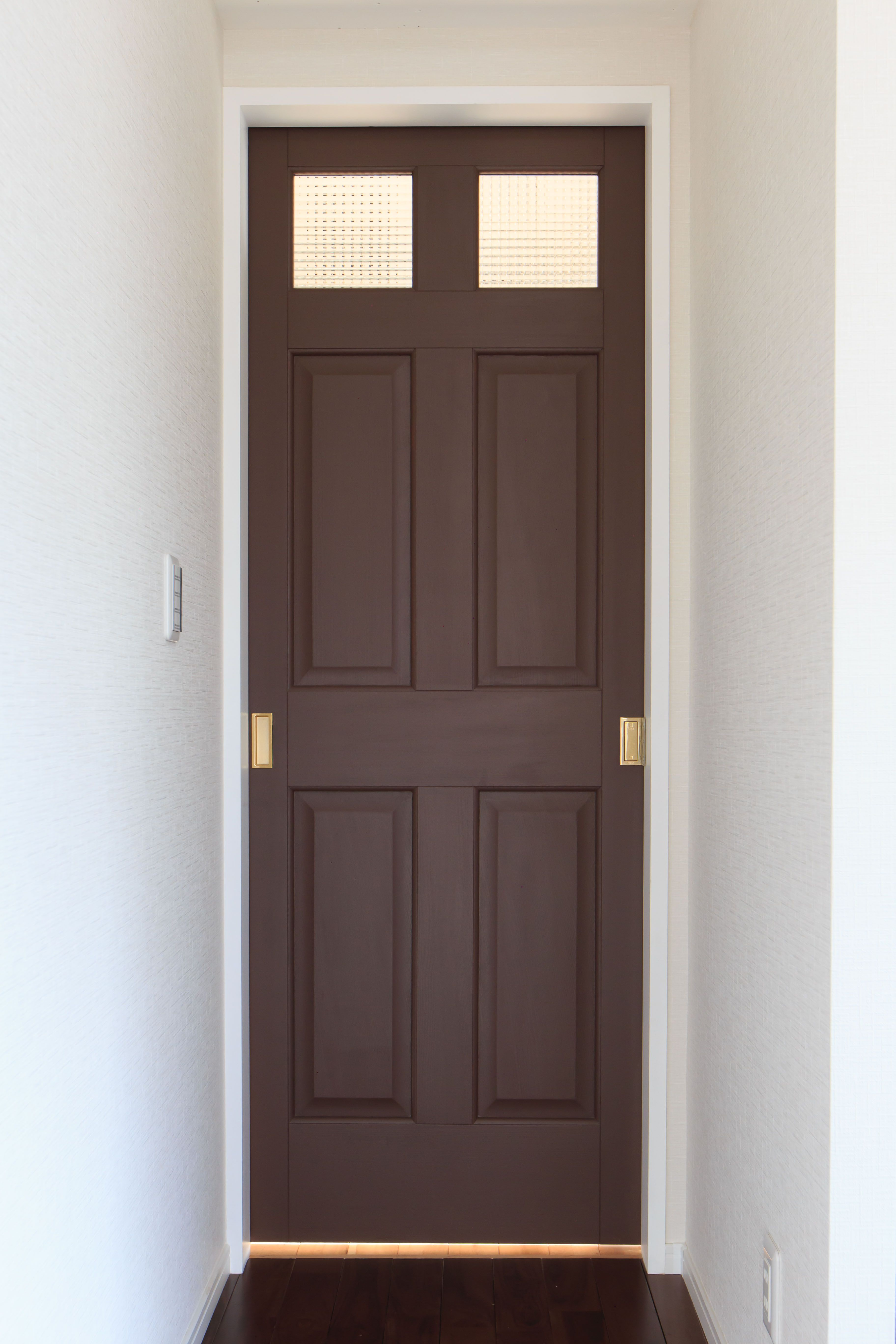 茶色の扉でシックでモダンな雰囲気に ドア モダン シック 扉