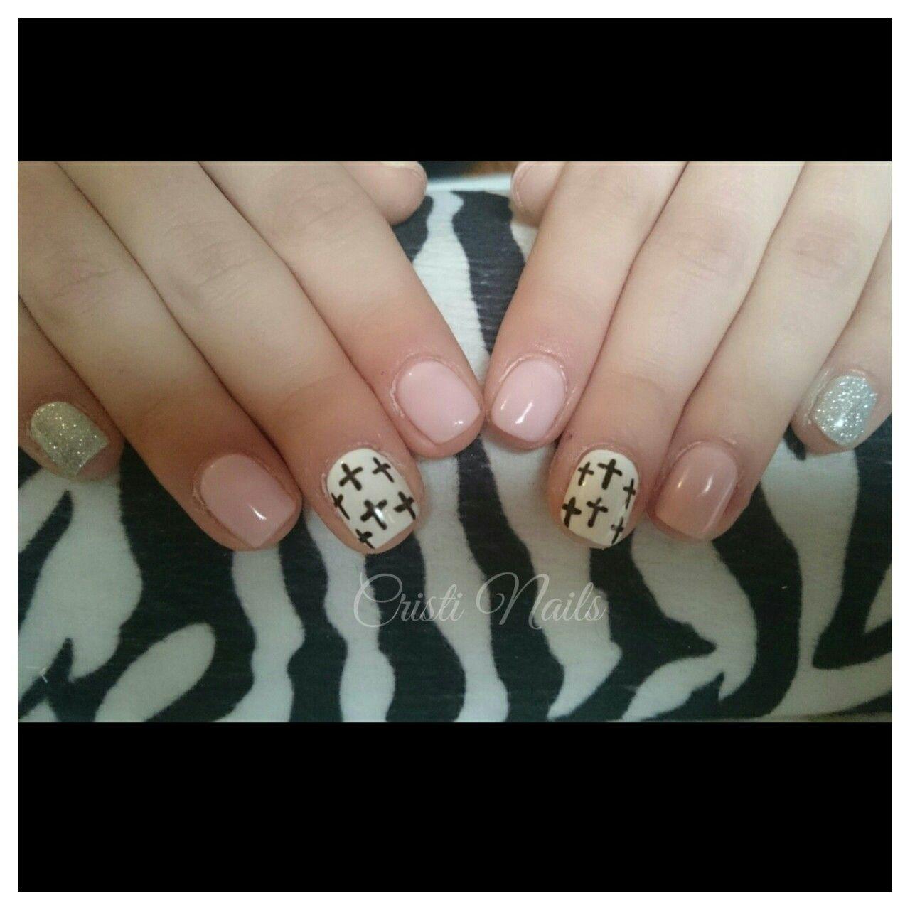 Nails nude con brillos y cruces